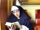 Un pervers dévierge une bonne soeur dans un train